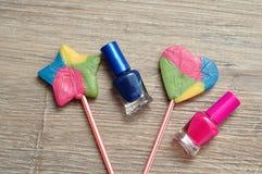 Vernis à ongles montré avec les lucettes colorées Photos libres de droits