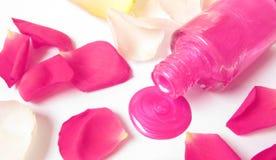Vernis à ongles rose renversé sur le fond blanc Photo libre de droits