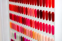 Vernis à ongles sur les ongles en plastique artificiels photos libres de droits