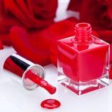 Vernis de clou rouge élégant dans une bouteille élégante Image libre de droits