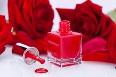 Vernis de clou rouge élégant dans une bouteille élégante Photo libre de droits