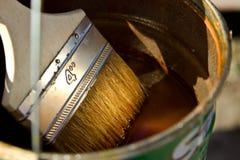 Vernis et x28 ; stain& x29 ; pour couvrir le bois et la brosse Images stock