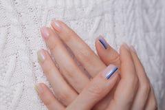 Vernis ? ongles Art Manicure Vernis à ongles multi-collored de style moderne Clous colorés élégants de couleur en pastel tenant l photos stock