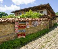 Vernissage de la calle en el pueblo búlgaro de Zheravna imágenes de archivo libres de regalías