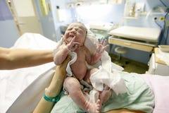 Vernix bedeckte neugeborenes nach Lieferung Stockfotos