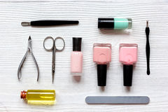 Verniz para as unhas, óleo da cutícula e grupo de tratamento de mãos no fundo de madeira Foto de Stock Royalty Free
