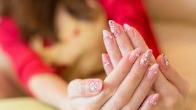 Verniz para as unhas acrílico do tratamento de mãos bonito da unha da mulher imagem de stock