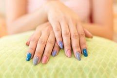 Verniz para as unhas acrílico do tratamento de mãos bonito da unha da mulher fotos de stock