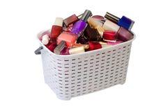 Verniz para as unhas em uma cesta branca foto de stock royalty free