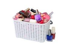 Verniz para as unhas em uma cesta branca imagens de stock