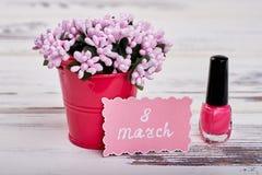 Verniz para as unhas, flores e cartão Imagem de Stock Royalty Free