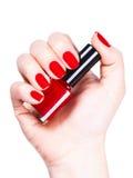 Verniz para as unhas vermelho em uma mão Imagens de Stock Royalty Free