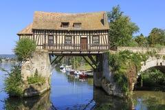 06-27-2018 Vernon France Molino de agua enmaderado viejo sobre el Sena, Vernon, Normandía Francia fotografía de archivo