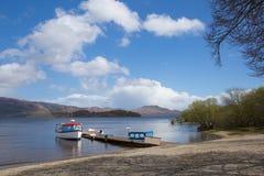verão BRITÂNICO de Loch Lomond Escócia com o destino escocês popular do turista do barco e do molhe do céu azul Fotografia de Stock