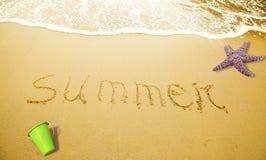 Verão escrito na areia Imagens de Stock
