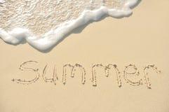 Verão escrito na areia na praia Imagens de Stock Royalty Free