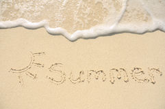 Verão escrito na areia na praia Imagens de Stock