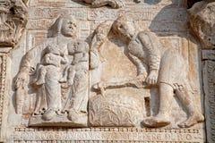 Verona - Adam und Eva nach Entfernung von der Paradiesentlastung von Romanesque Basilika San Zeno. Stockbilder