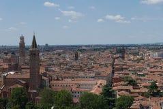 Verona beskådade från den castelsan pietraen royaltyfri foto