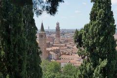 Verona beskådade från den castelsan pietraen royaltyfria bilder