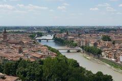 Verona beskådade från den castelsan pietraen royaltyfri bild