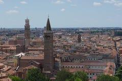 Verona beskådade från den castelsan pietraen royaltyfri fotografi