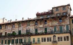 Verona byggnad med konstnärlig design Arkivfoton