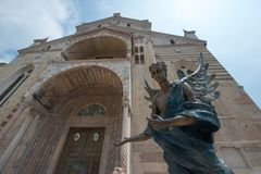 Verona Cathedral-buitenkant en van een bronsengel uitnodigende bezoekers stock afbeeldingen