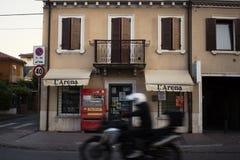Verona de exploración a través de las pequeños calles y callejones en el verano Fotografía de archivo libre de regalías