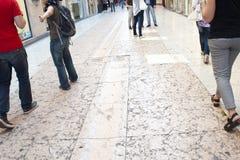 verona Die Straße gepflastert durch rosa Marmorplatten stockbilder