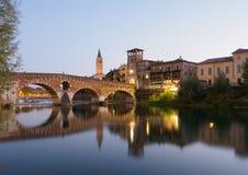 Verona en Ponte Pietra bij schemering stock afbeelding