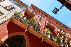 VERONA, ITÁLIA - 17 DE AGOSTO DE 2017: Fachada de uma construção velha com balcões e janelas Fotografia de Stock Royalty Free