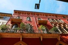 VERONA, ITÁLIA - 17 DE AGOSTO DE 2017: Fachada de uma construção velha com balcões e janelas Imagens de Stock Royalty Free