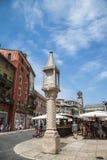 VERONA, ITÁLIA - 19 de junho de 2017: turistas no mercado da cidade no pi Foto de Stock