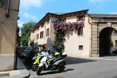 Verona, Itália, o 26 de agosto de 2015, ruas com balcões florais Imagens de Stock