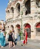 """Verona, Italië †""""19 Juli 2014: Toeristen die Roman centurion in Verona voor het beroemde amfitheater bewonderen royalty-vrije stock fotografie"""