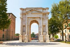 VERONA, ITALIË - AUGUSTUS 17, 2017: De Boog van Gavi is een oude Roman triomfantelijke boog in de stad van Verona stock foto