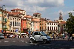 VERONA, ITALIË - AUGUSTUS 31, 2012: Kleine auto Smart op het belangrijkste vierkant in Verona - Piazza Bustehouder Stock Foto's