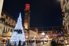VERONA, ITALIË-DECEMBER 2018: Erbevierkant met Kerstmislichten royalty-vrije stock afbeelding