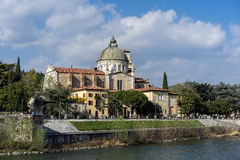 VERONA, ITALIË - MAART 24: Mening van San Giorgio in Braida-Kerk Stock Afbeeldingen