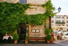 VERONA, ITALIA - 17 DE AGOSTO DE 2017: Café acogedor de la calle del verano Diseño exterior Imagenes de archivo