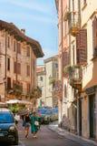 VERONA, ITALIA - 17 DE AGOSTO DE 2017: Calle estrecha de las altas fachadas vibrantes del edificio de Verona Foto de archivo libre de regalías