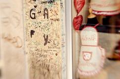 VERONA, ITALIA - 19 de junio de 2014: Almacene la caja de ropa hecha a mano Fotografía de archivo