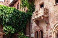 VERONA, ITALIA - 25 de junio de 2017: Romeo y Juliet Balcony y PA imagenes de archivo