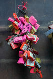 VERONA, ITALIA - 24 DE MARZO: Candados coloridos al lado de Romeo y Fotografía de archivo