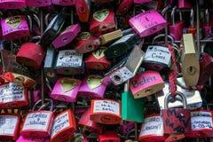 VERONA, ITALIA - 24 DE MARZO: Candados coloridos al lado de Romeo y Fotos de archivo libres de regalías