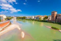 VERONA, ITALIA 8 de septiembre de 2016: Paisaje con el della Vittoria del río y de Ponte del Adigio de Castelvecchio Bridge Ponte Imágenes de archivo libres de regalías
