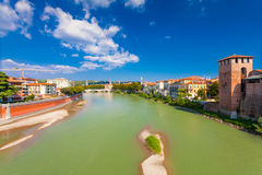 VERONA, ITALIA 8 de septiembre de 2016: Paisaje con el della Vittoria del río y de Ponte del Adigio del puente de Castelvecchio Fotografía de archivo