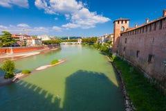VERONA, ITALIA 8 de septiembre de 2016: Paisaje con el della Vittoria del río y de Ponte del Adigio del puente de Castelvecchio Imagen de archivo libre de regalías