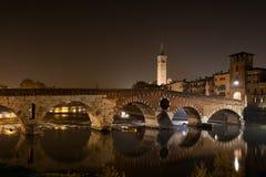 Verona, Italia, puente de piedra, el castillo viejo, visión panorámica imagen de archivo